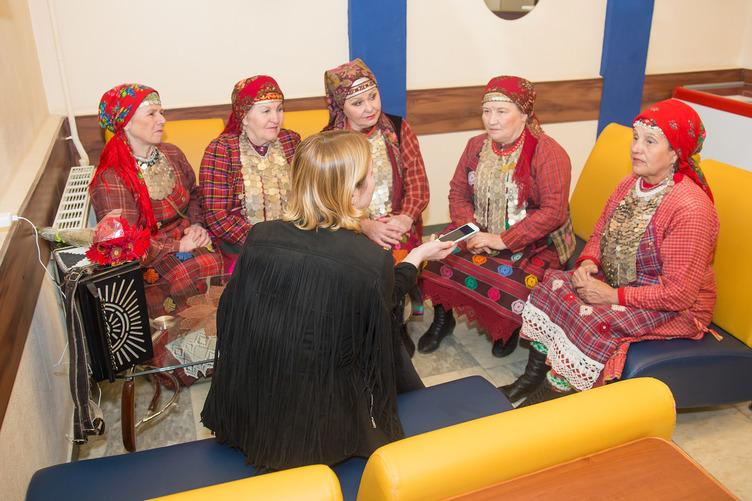 Бурановские бабушки дают интервью сайту Youthphenomenon
