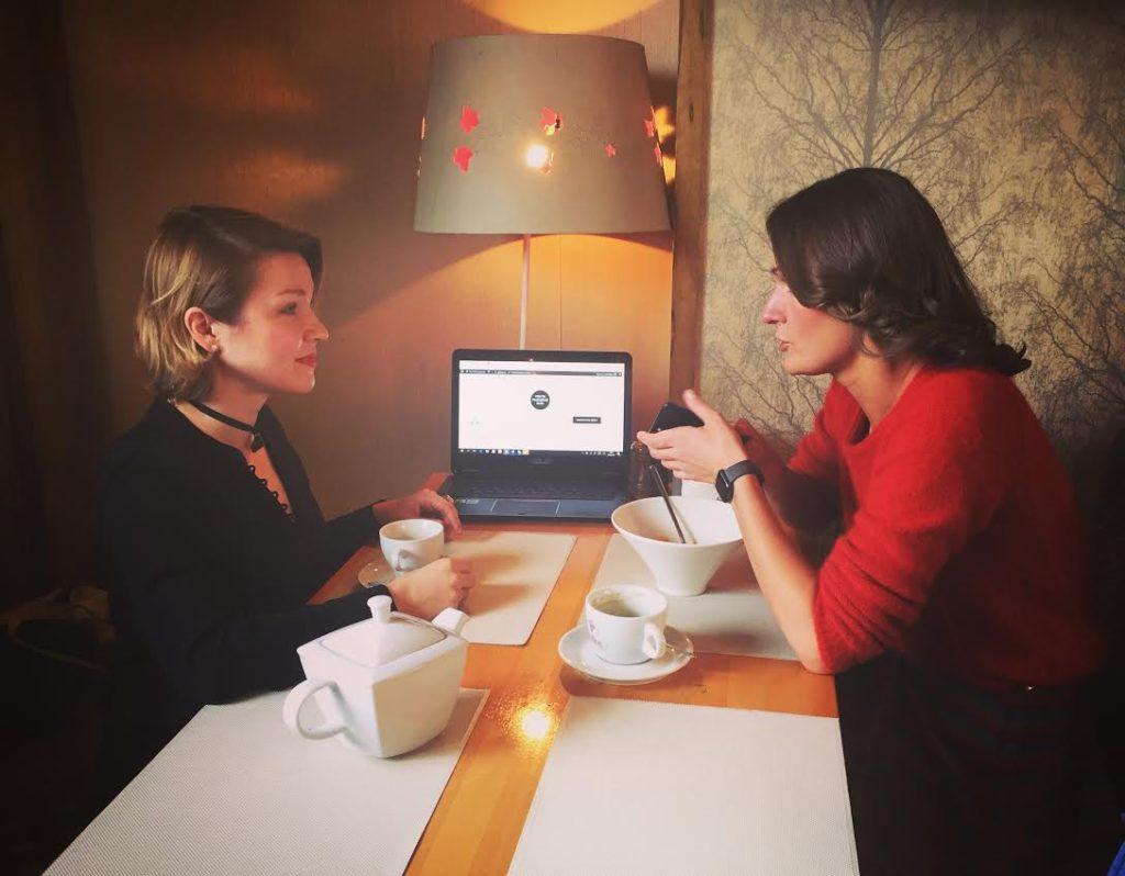 Инна Кулеба берет интервью у гениколога-эндокринолога Натальи в кафе в Москве.